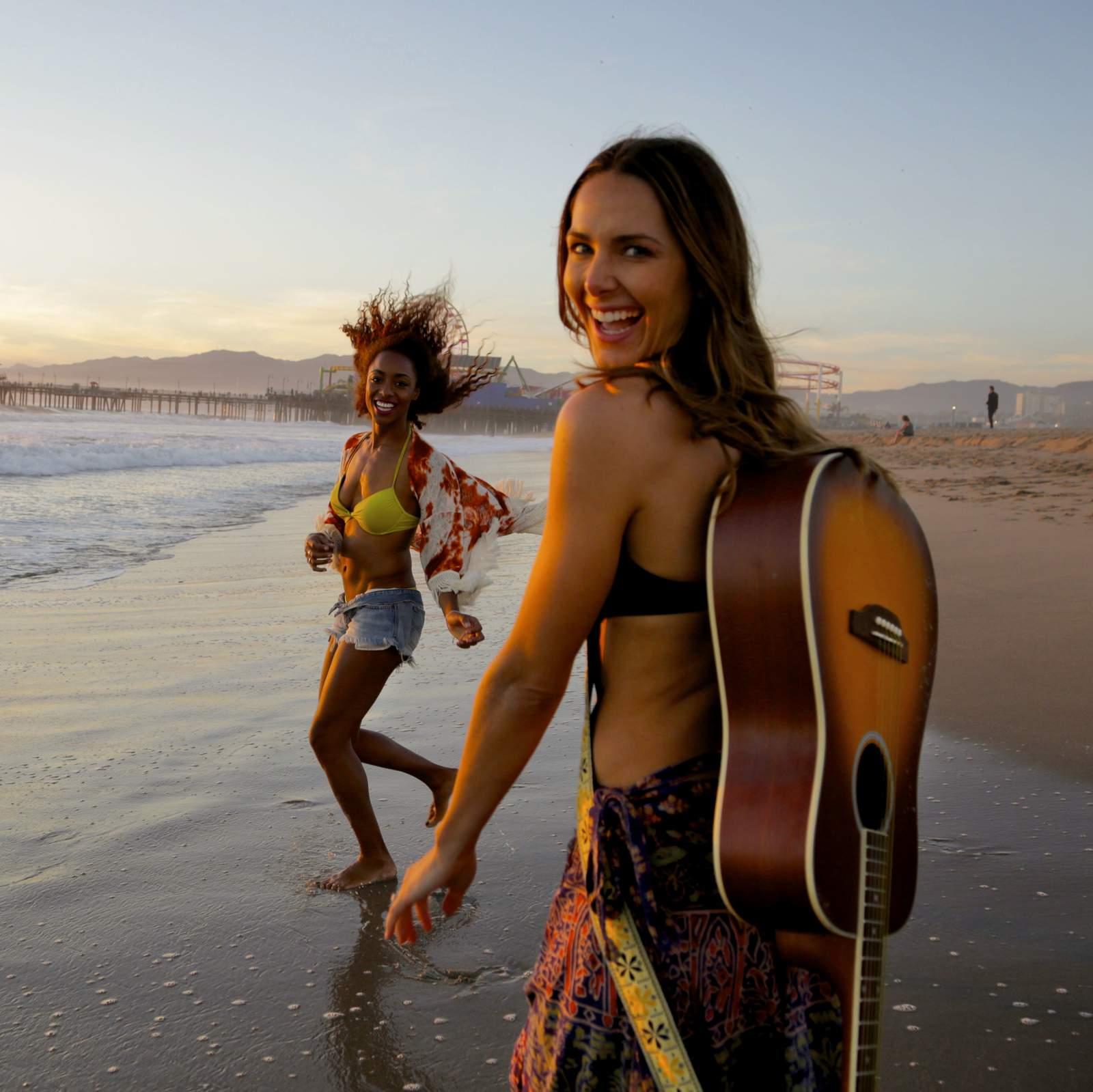Freundinnen am Strand von Santa Monica