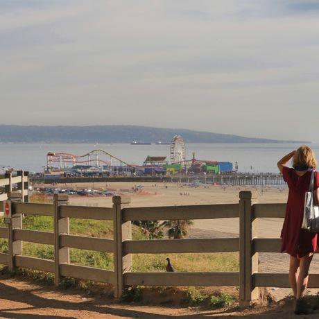 Ausblick auf den Santa Monica Pier mit Pacific Park in Kalifornien