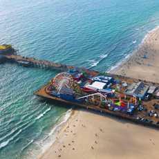 Luftaufnahme der Santa Monica Pier mit Pacific Park, Kalifornien