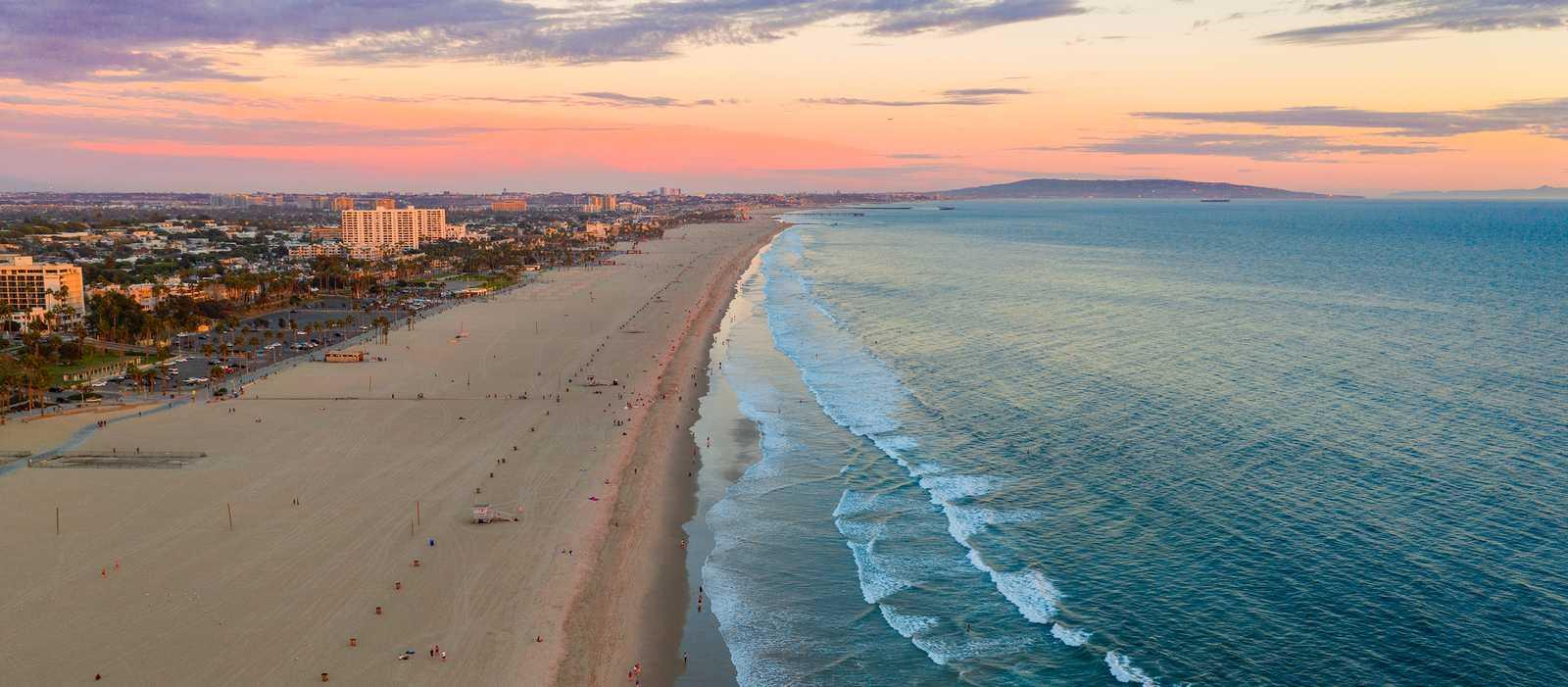 Blick auf den ausgedehnten Strand von Santa Monica in Kalifornien in der Abenddämmerung