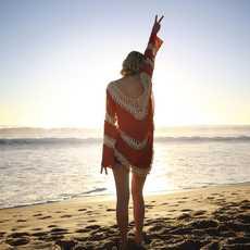 Eine Frau im Licht des Sonnenuntergangs