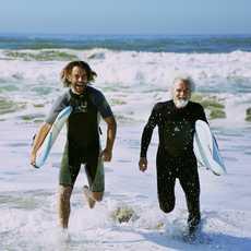 Zwei Generationen haben Spaß am Surfen