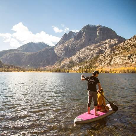 Stand Up Paddling auf dem Silver Lake in Kalifornien
