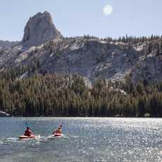 Mit dem Kajak auf dem Lake George in Kalifornien