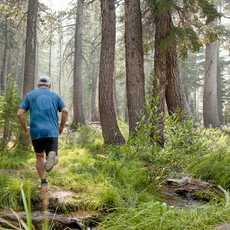 Joggen in der Nähe des Horseshoe Lakes in Kalifornien