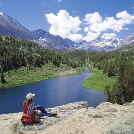 Den Ausblick auf das Little Lakes Valley genießen