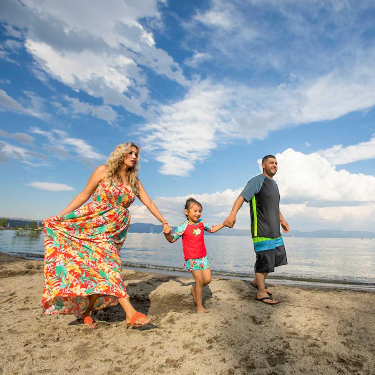 Eine Familie an einem Strand im Norden des Lake Tahoe in Kaliforien