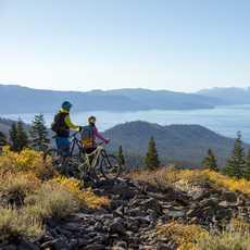 Radfahren in der hügeligen Landschaft im Norden des Lake Tahoe in Kalifornien