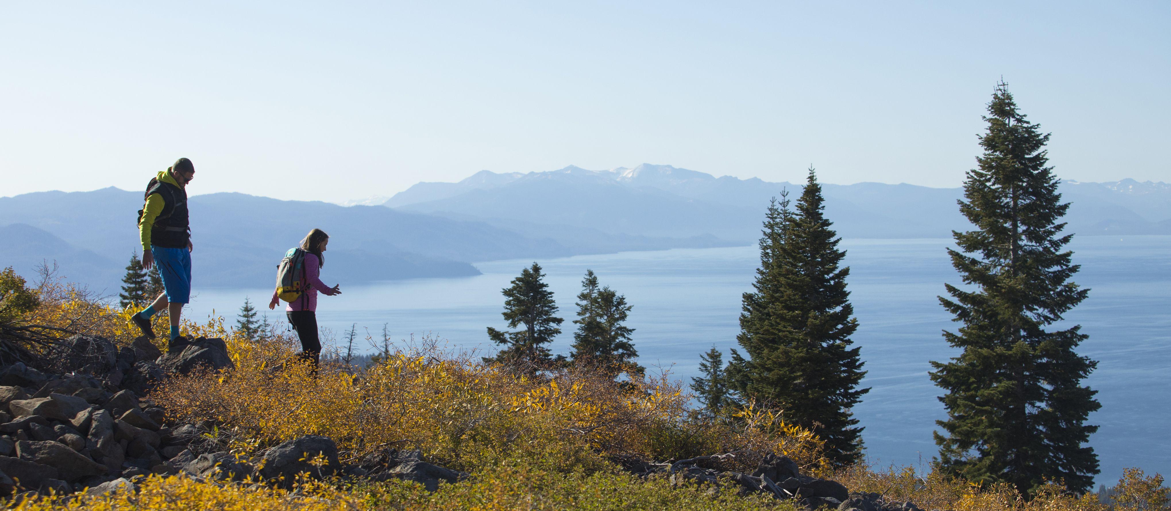 Wandern in der hügeligen Landschaft im Norden des Lake Tahoe in Kalifornien
