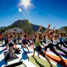 Gruppen-Yoga beim Wanderlust Festival im Norden des Lake Tahoe