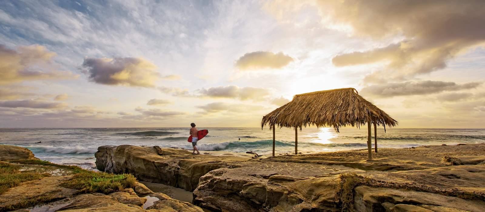 Surfer an einem Strand von San Diego
