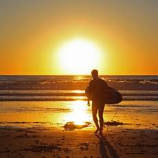 Zum Surfen beim Sonnenuntergang