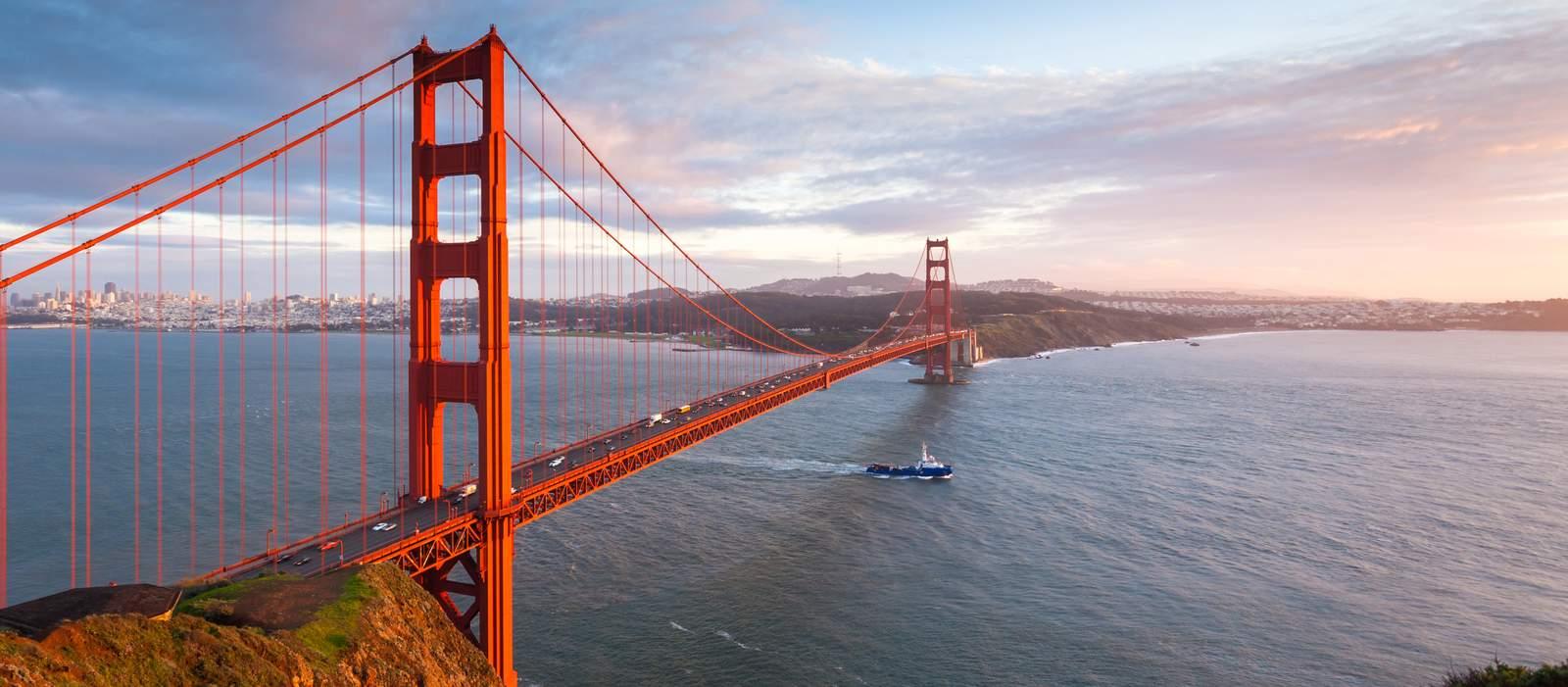 Boot fährt unter der Golden Gate Bridge hindurch, San Francisco, Kalifornien