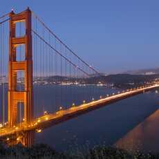Die berühmte Golden Gate Bridge bei Nacht