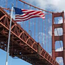 Die amerikanische Flagge vor der Golden Gate Bridge