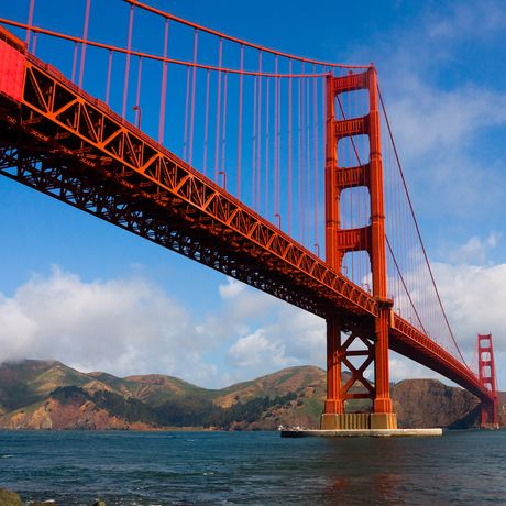 Golden Gate Bruecke vor bewoelktem Himmel, Kalifornien