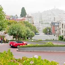 Mit dem Auto die Lombard Street hinunter