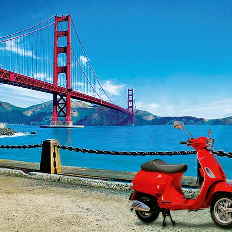Vespa vor der Golden Gate Bridge
