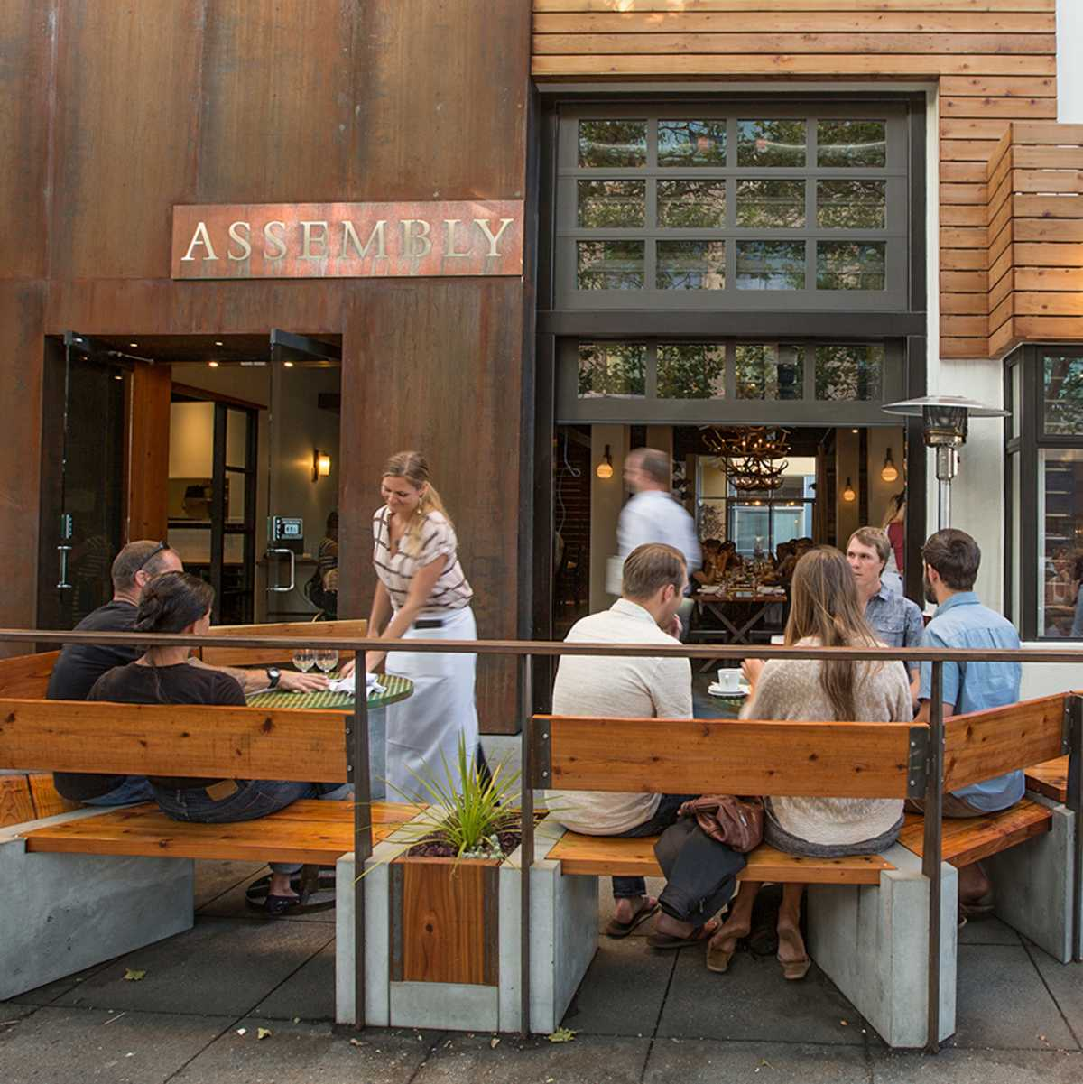 Die Sommerzeit mit Freunden im Assembly Restaurant in Santa Cruz genießen