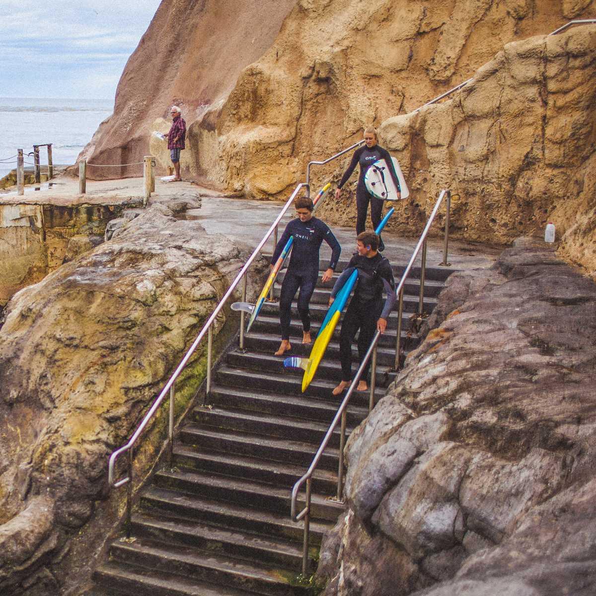 Surfer an der Küste von Santa Cruz