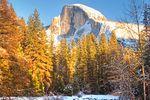 Herbststimmung mit verschneiten Gipfeln im Yosemite National Park