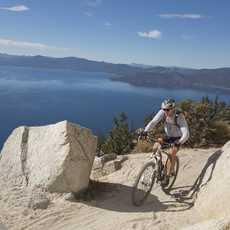 Mountainbiker mit Ausblick auf den Lake Tahoe
