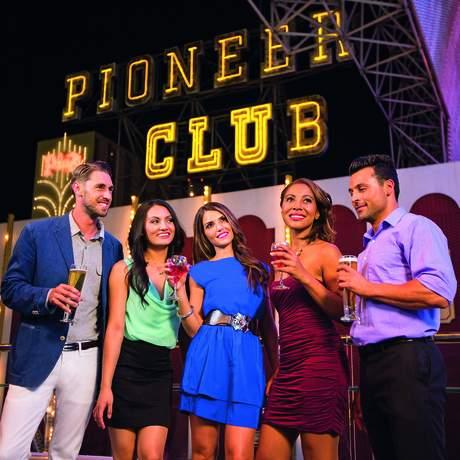 Freunde vor dem Pioneer Club