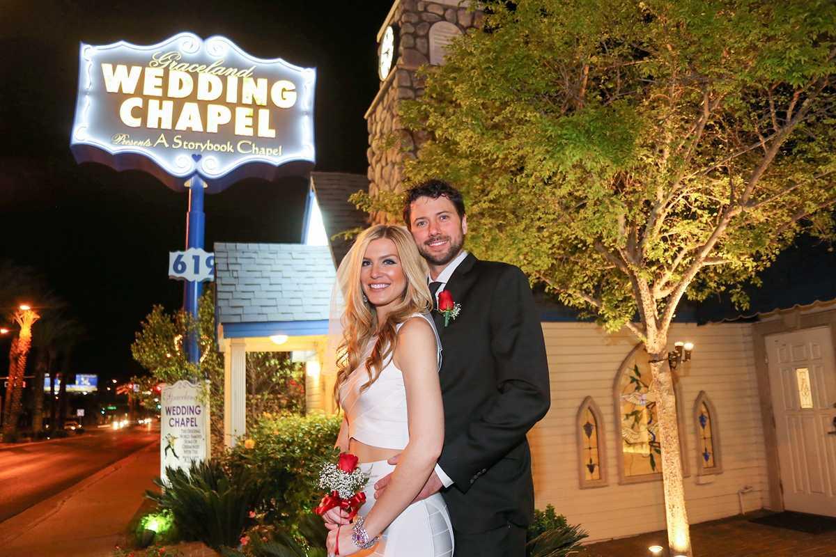 Ein Hochzeitspaar vor der Graceland Wedding Chapel in Las Vegas