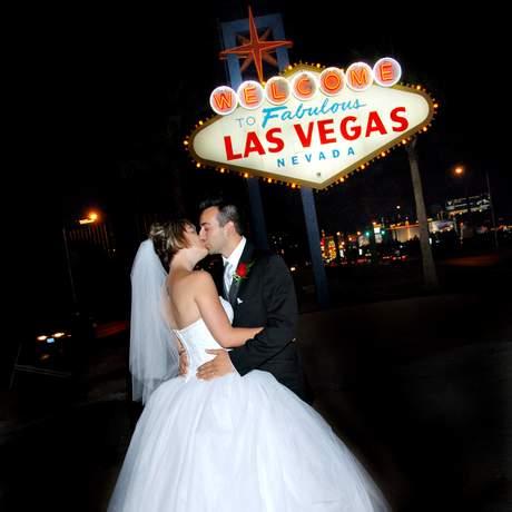 Brautpaar am Las-Vegas-Schild
