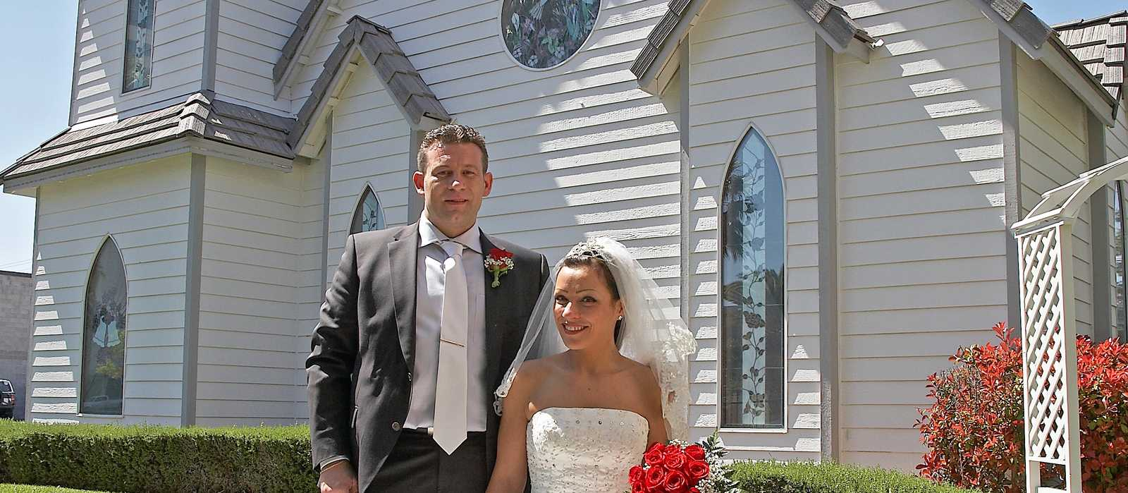 Brautpaar vor Hochzeitskapelle