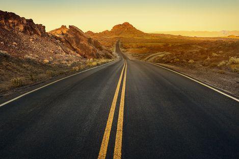 Eine Straße durch den Valley of Fire State Park in Nevada