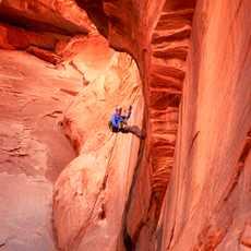 Klettern an steilen Hängen in den Canyons von Utah