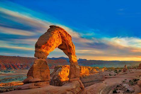 Die Sonne scheint auf den bekannten Delicate Arch im Arches Nationalpark in Utah