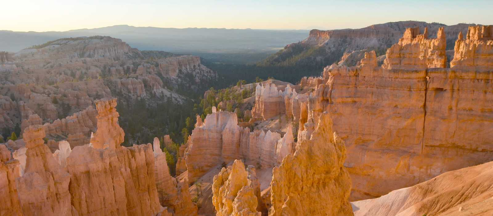 Ausblick über die Weiten des Bryce-Canyon-Nationalparks in Utah