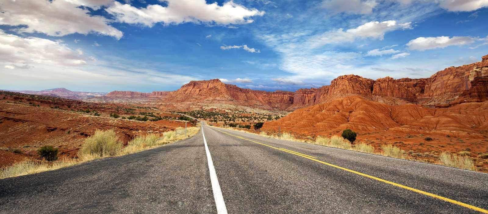 Der Highway durch den Capitol Reef Nationalpark in Utah
