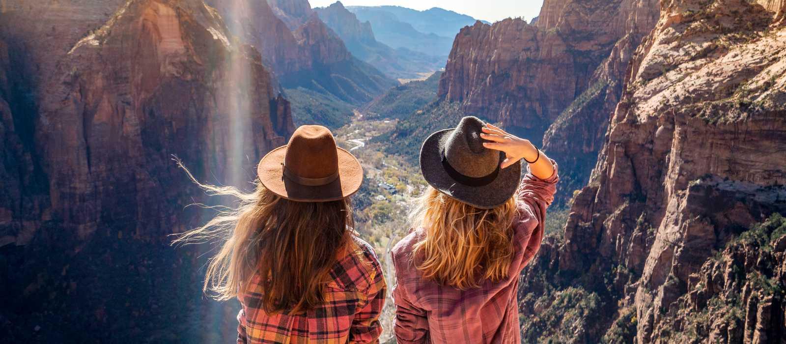 Zwei Frauen bestaunen den traumhaften Blick auf den Zion Nationalpark in Utah