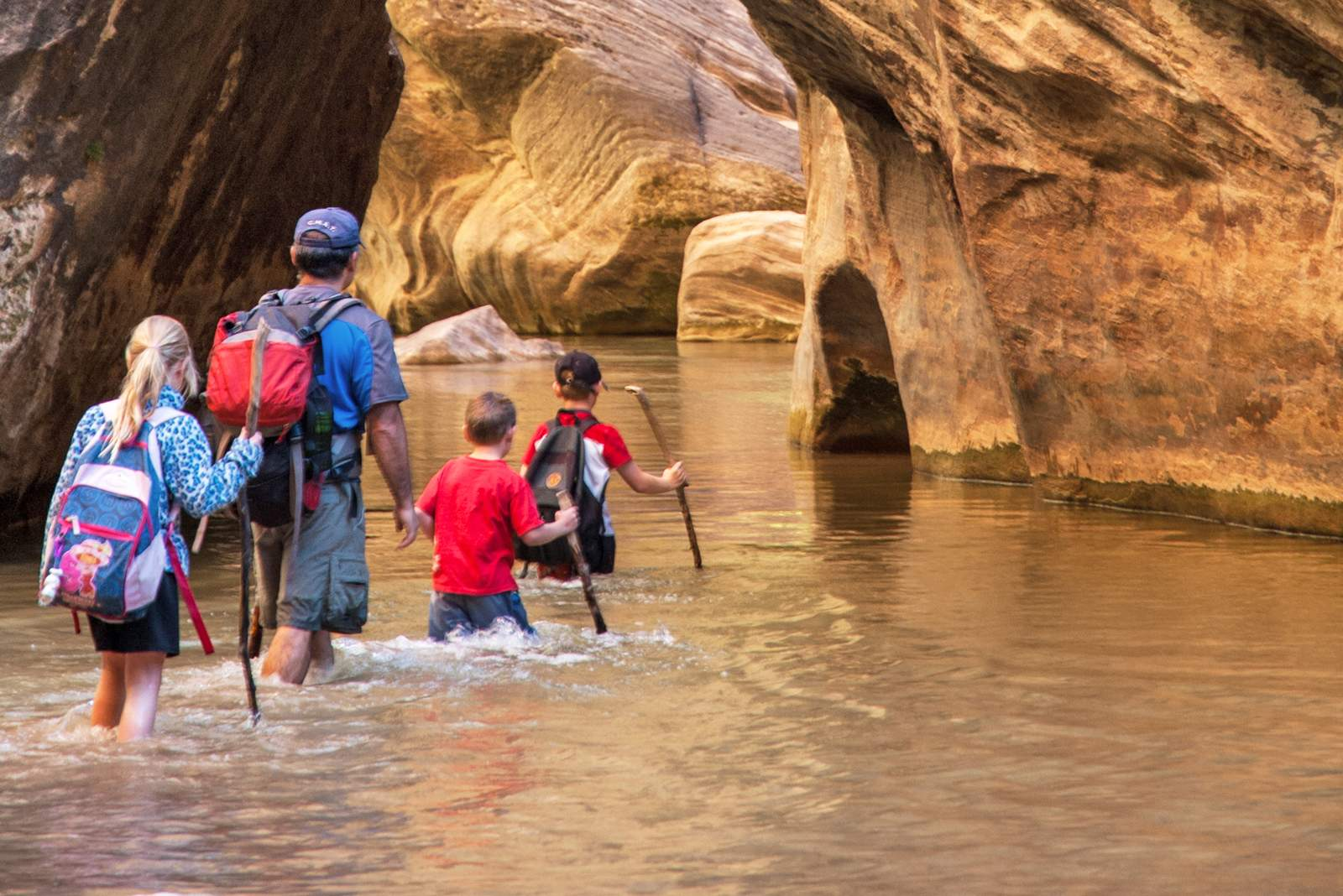 Eine Familie wandert im Zion National Park, Utah