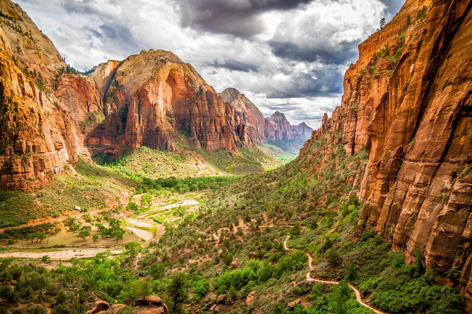 Tal zwischen Bergen im Zion National Park, Utah