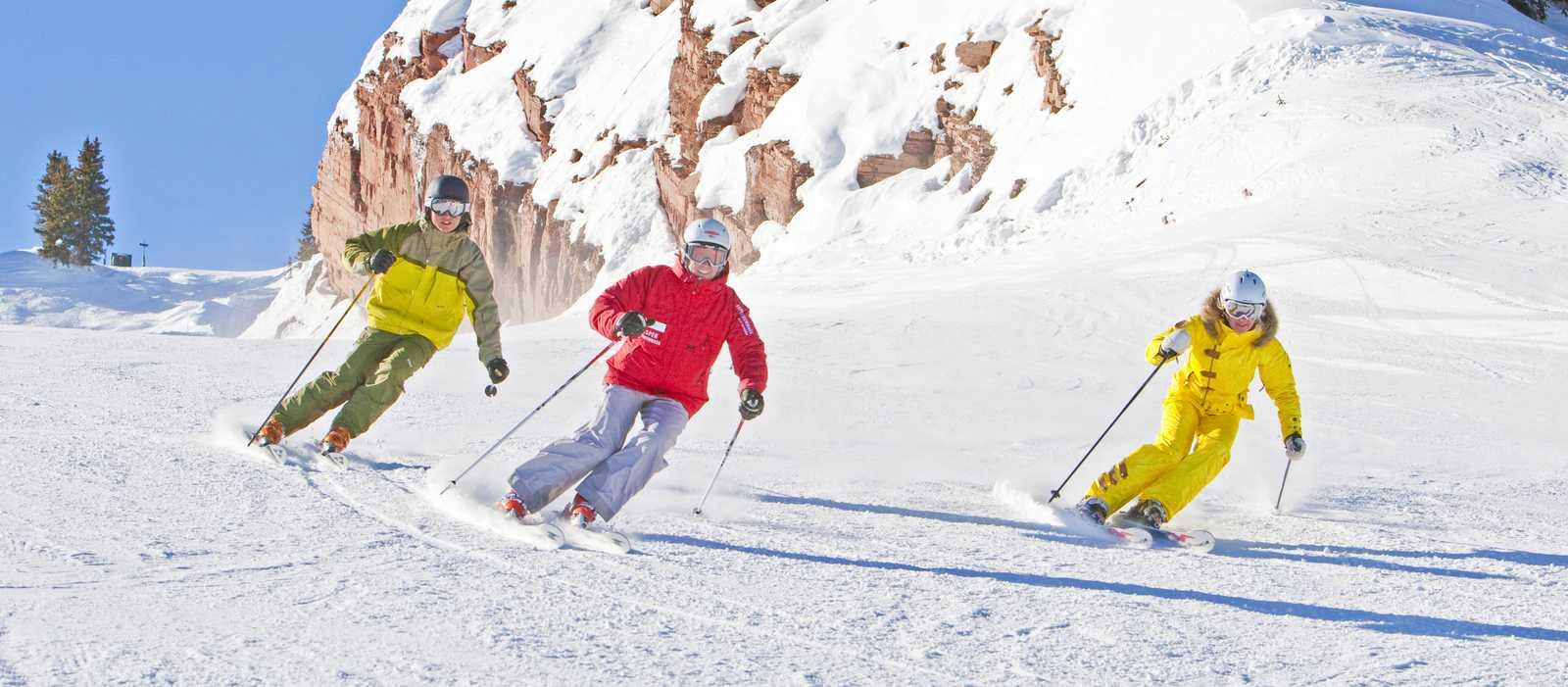 Gruppe Skifahrer bei der Abfahrt