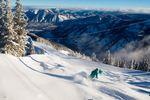 Ein Skifahrer auf einer Skipiste im Powder-Schnee in Aspen in Colorado in den USA