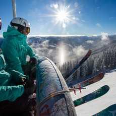 Skifahrer im Lift in Aspen Snowmass, Colorado