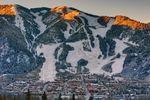 Sonnenaufgang in den Bergen im Skigebiet Aspen