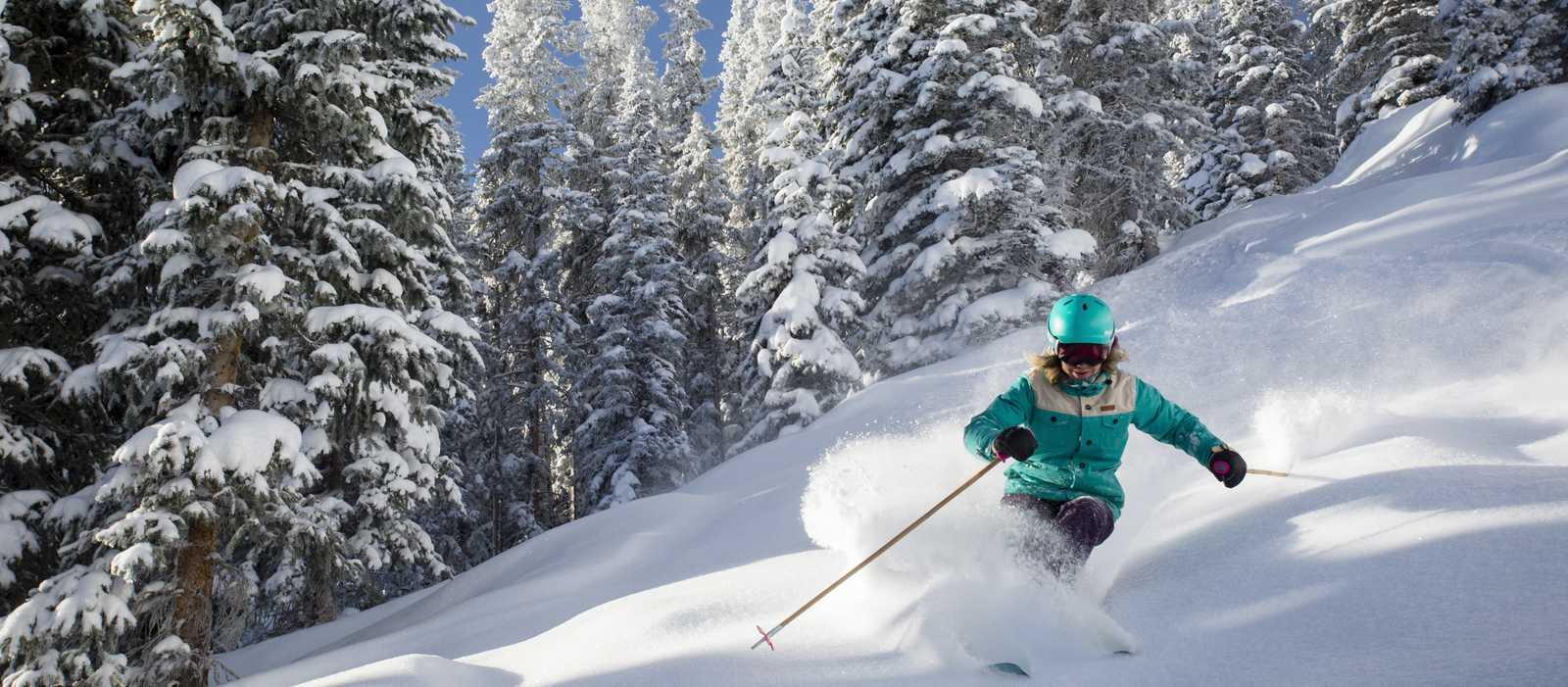 Abfahrt im Powderschnee in Aspen, Colorado