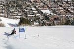 Ski-Fahrerin beim Slalom mit Blick auf Aspen