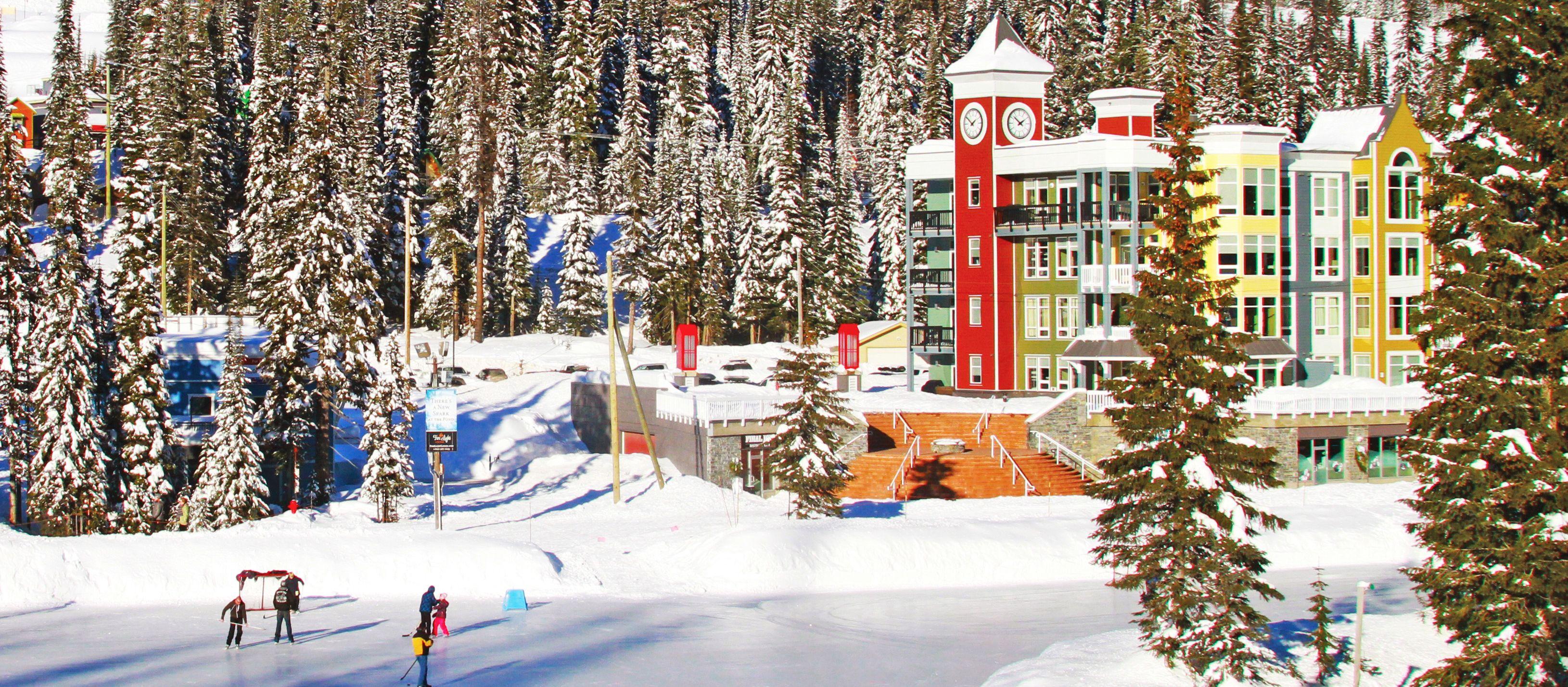 Schlittschuhlaufen bei der Firelight Lodge im Silver Star Ski Resort, British-Columbia
