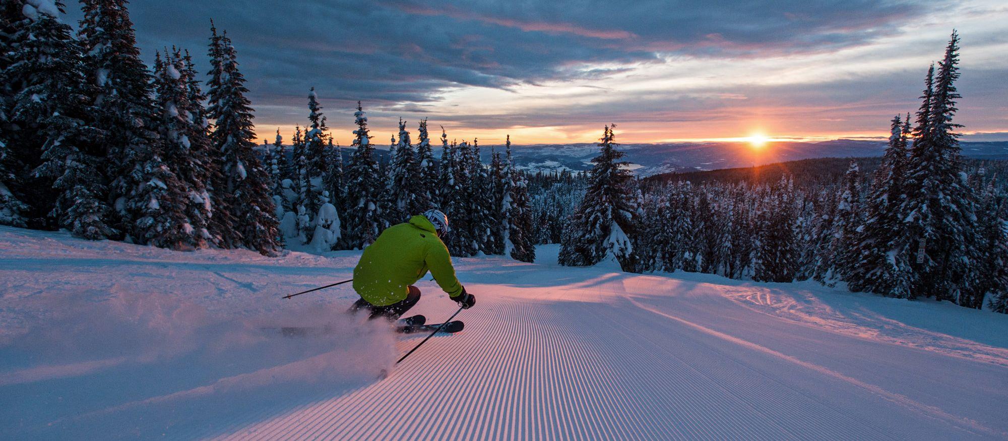 Ski fahren im Silver Star Mountain Resort bei Sonnenuntergang