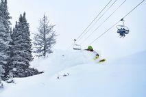 Skifahren im Puderschnee in Banff Kanada