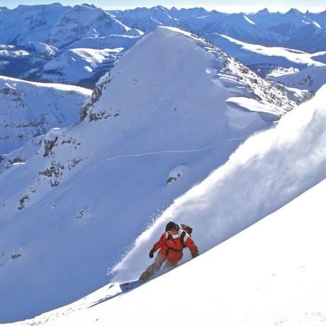 Snowboarder bei Powder-Abfahrt