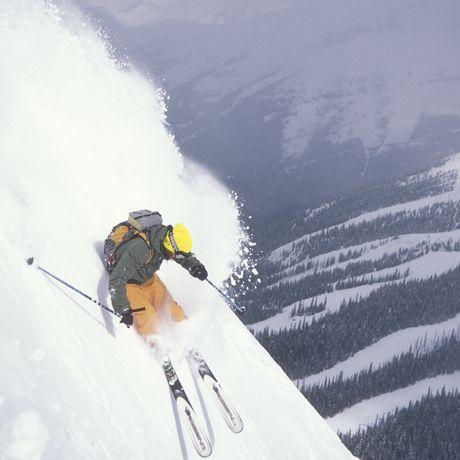 Skifahrer auf steiler Abfahrt in den Canadian Rockies