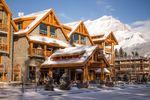 Verschneiter Eingang des Moose Hotel